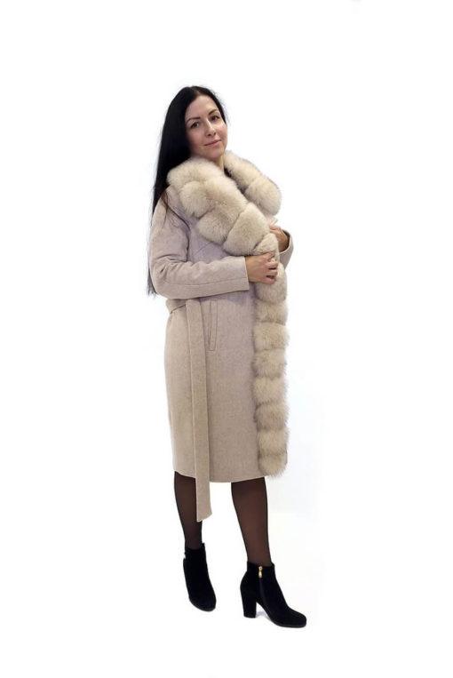 Женское зимнее бежевое пальто с мехом Ланда сбоку